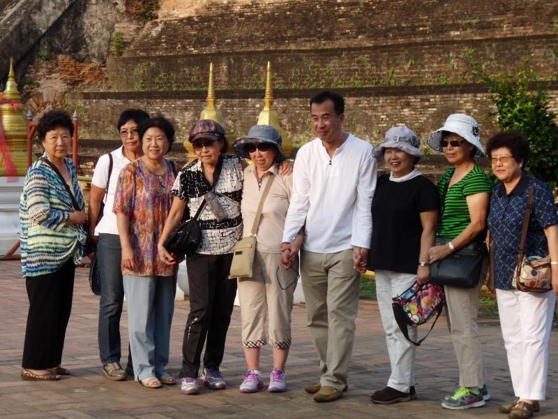 I love group tourist photos